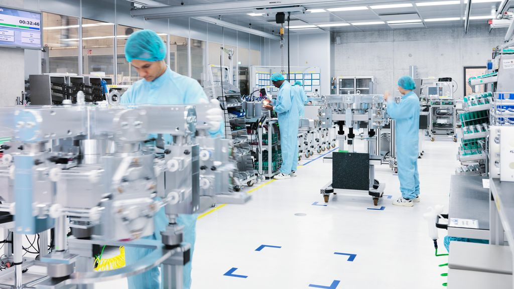 TRUMPF employees working in the clean room at the laser resonator assembling
